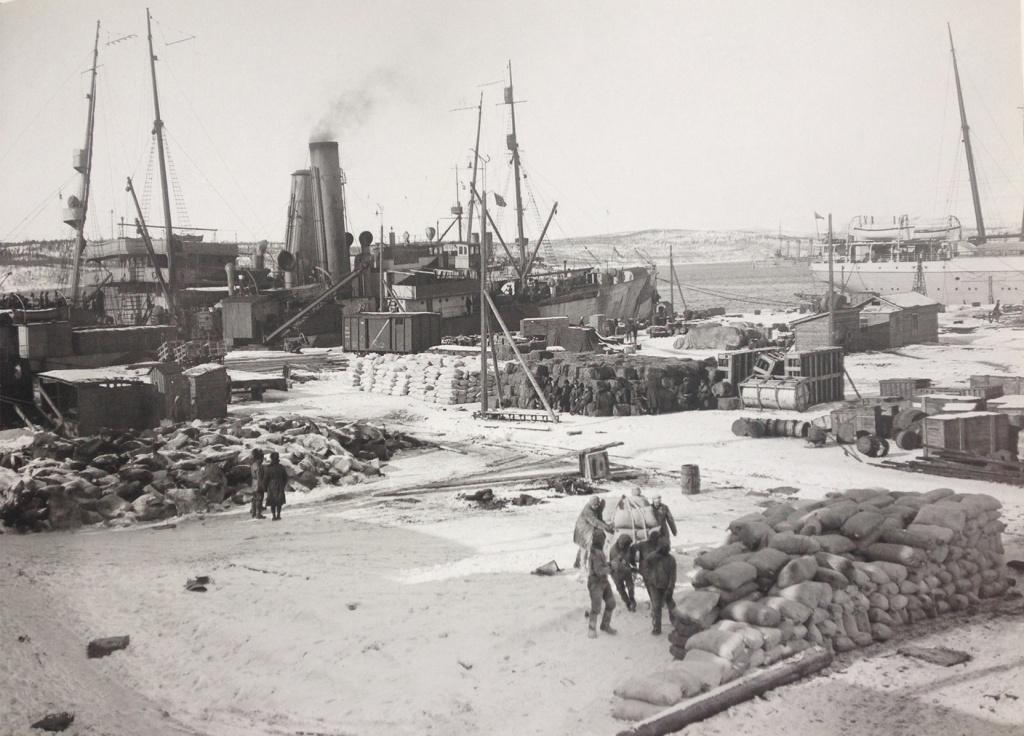 Разгрузка в Мурманском порту