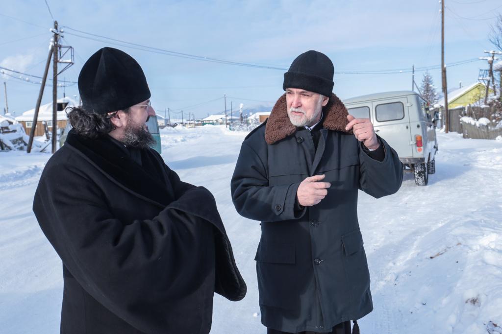 Иерей Евгений Райков беседует с архиепископом Романом